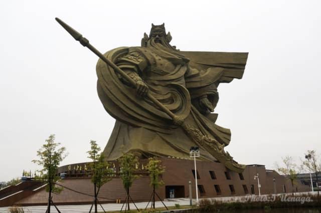 【 三国志入門 】荊州の巨大な関羽像が解体・移転! 台座の内部に、何があるのか?